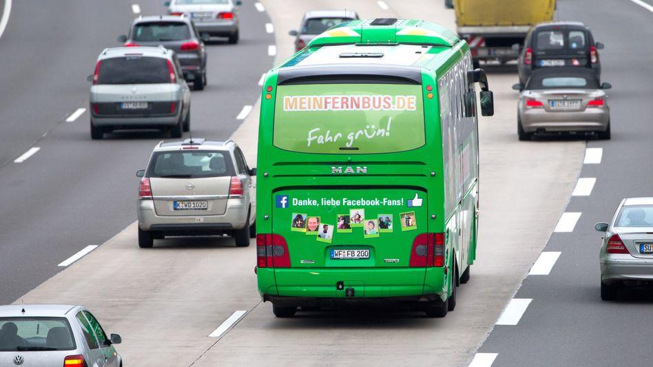 MeinFernbus auf der Autobahn: Bahnchef fordert Extraabgabe für günstige Konkurrenz