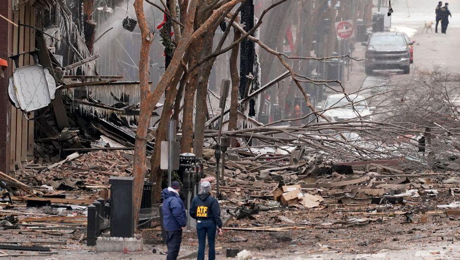 Einsatzkräfte arbeiten in der Nähe des Tatorts der Explosion in der Innenstadt von Nashville, Tennessee