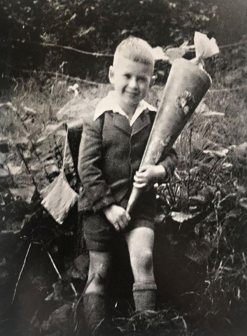 Hans Neusius bei seiner Einschulung 1941