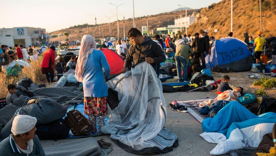 Ein Mann baut ein Zelt am Rande des ausgebrannten Flüchtlingslagers Moria