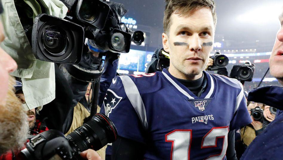 Nach seinem letzten Spiel für die Patriots gegen die Tennessee Titans verließ Tom Brady bedrückt den Rasen