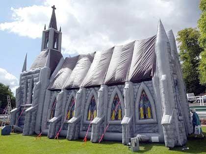 14 Meter hoch ist die PVC-Kirche. Sie bietet Platz für 60 Personen