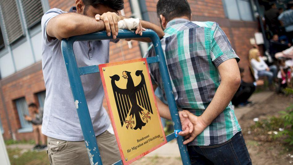 Asylsuchende vor Bamf-Außenstelle in Spandau