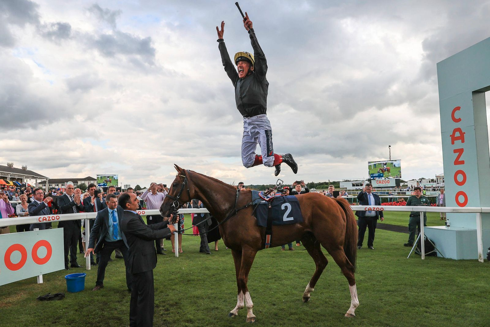 Sport Bilder des Tages St Leger, Doncaster Cup Day 2021 Frankie Dettori celebrates winning the Doncaster Cup Stakes on S