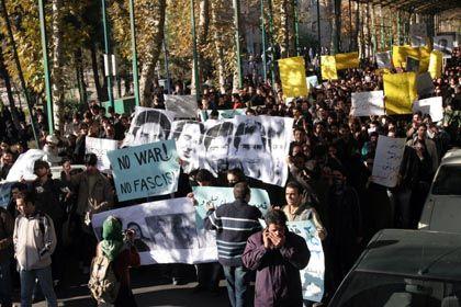 """Demonstrierende Studenten in Teheran: """"Kein Krieg, kein Faschismus"""""""