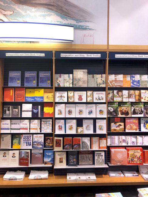 Am Freitag war über dem China-Regal in der Berliner Thalia-Filiale am Alexanderplatz von der Kooperation zu lesen