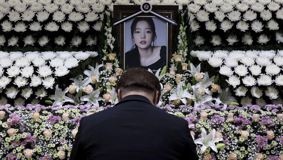 """Ein Gedenkschrein für Goo Hara in Seoul: """"Gute Nacht, Midnight Queen"""""""