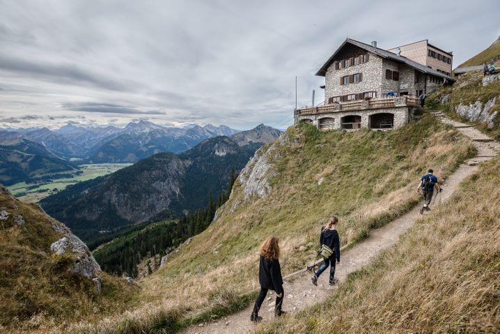 Wanderer in den bayrischen Alpen: kaum Empfang weit und breit