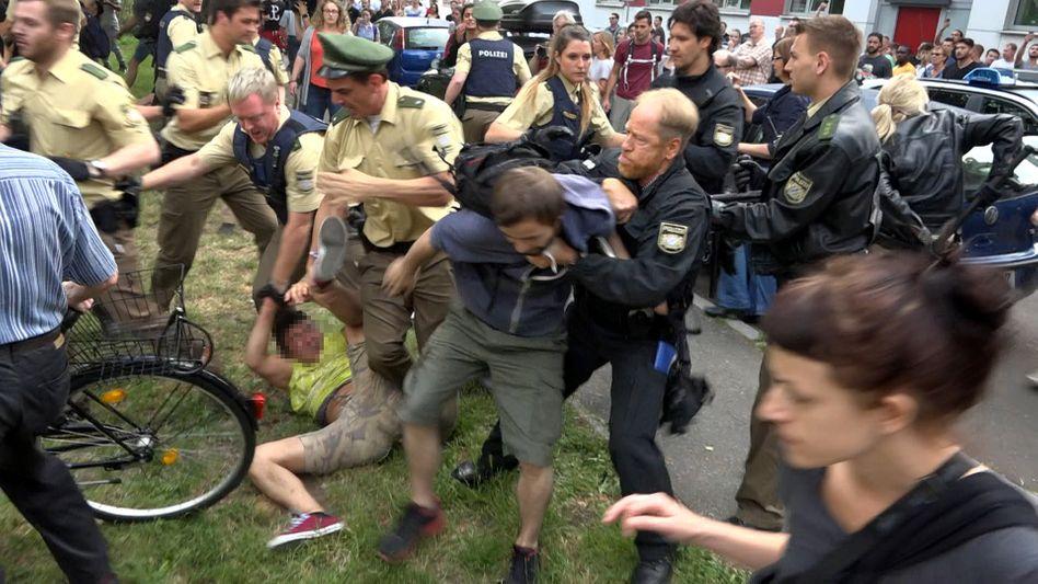 Asef N. (Mitte, im gelben Shirt) bei seiner Festnahme am Mittwoch