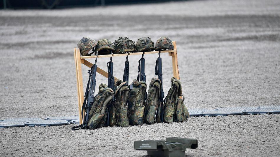 Gewehre, Helme und kugelsichere Westen der Bundeswehr