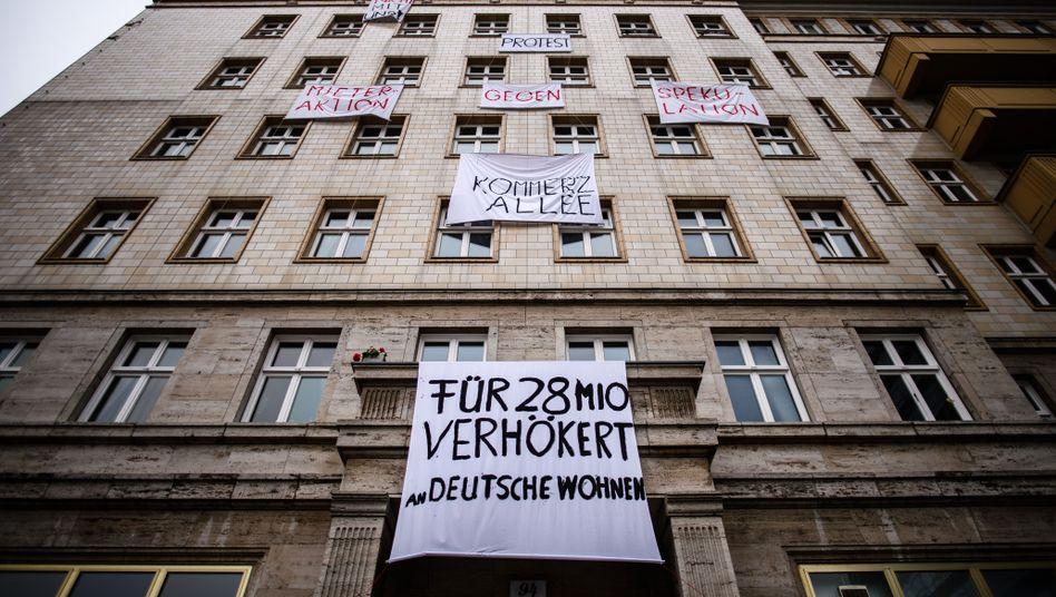 Protestbanner an einem Berliner Wohnhaus