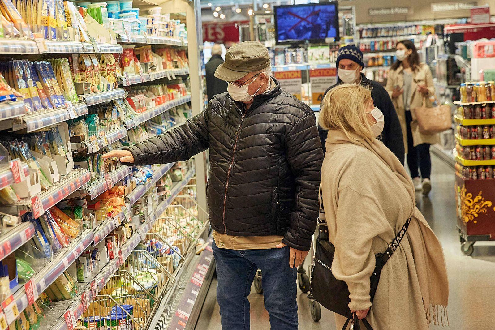 - Wien 01.04.2020 - Coronavirus Krise - Maskenpflicht - Als Konsequenz aus der schnellen Verbreitung des Coronavirus is