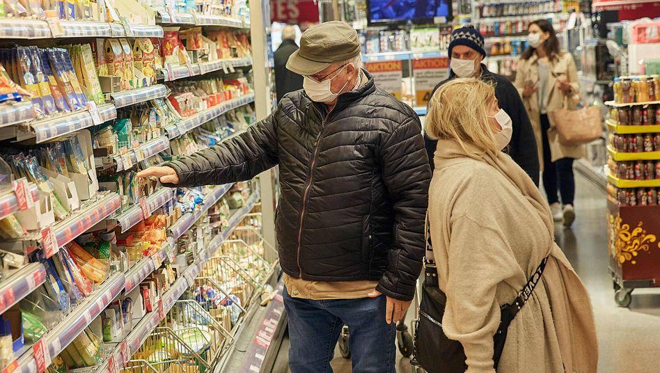 Supermarktkunden in Wien: In Österreich sind Masken Pflicht