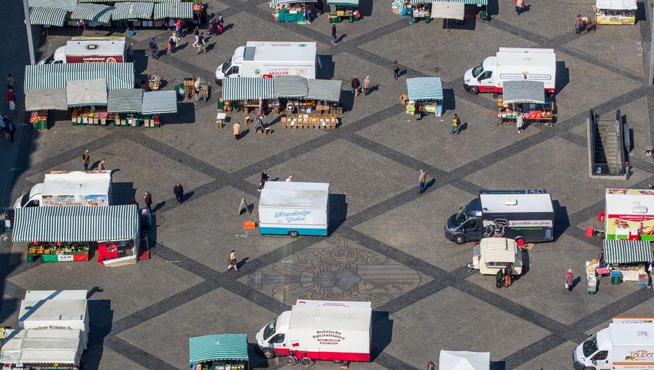 Abstand halten auf dem Leipziger Wochenmarkt: Social Distancing soll Übertragungen vermeiden, das wäre vor allem bei Fällen ohne klare Symptome wichtig