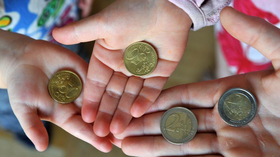 Kinder mit Taschengeld (Archivbild): Der »Gender Pay Gap« tut sich bereits im Kindesalter auf