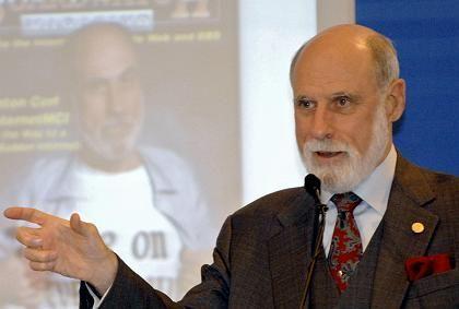 Technik-Legende Cerf: Vertritt heute Google - immer im Dreiteiler, fast immer mit Einstecktuch