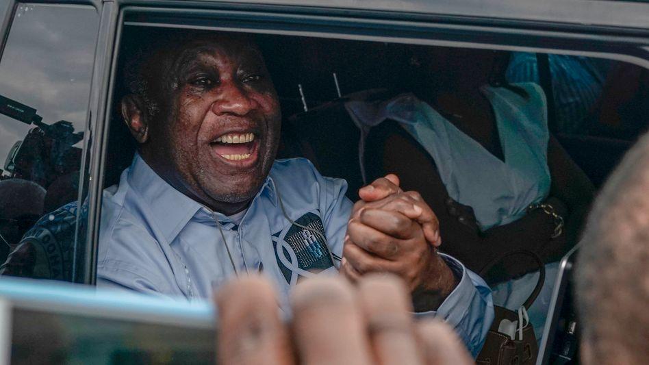 Laurent Gbagbo, ehemaliger Präsident der Elfenbeinküste, grüßt bei seiner Ankunft am internationalen Flughafen in Abidjan seine Unterstützer