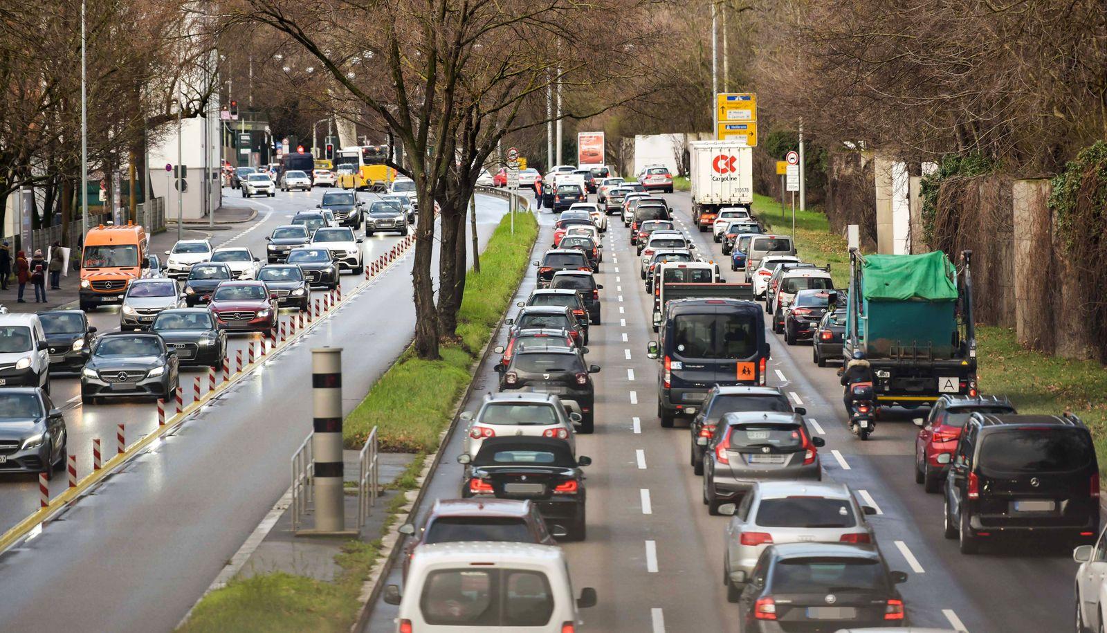 Autoverkehr und Luftreinhaltung. Die Stadt Stuttgart reduziert die Zul‰ssige Geschwindigkeit auf 40 Km/h an einigen Stra
