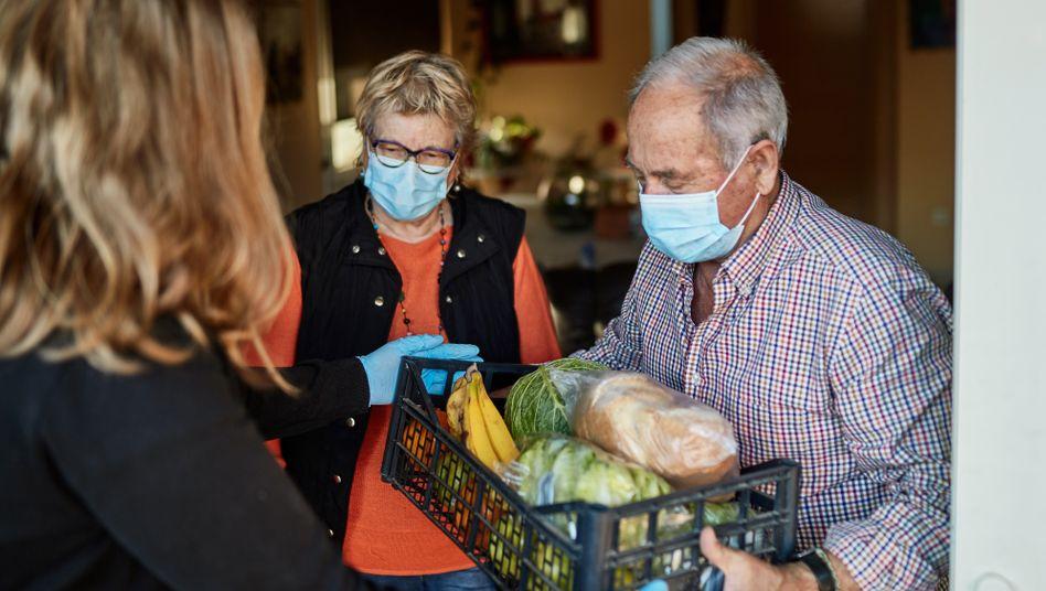 Senioren werden in der Coronakrise versorgt: 5,5 Millionen Menschen mit hohem Risiko