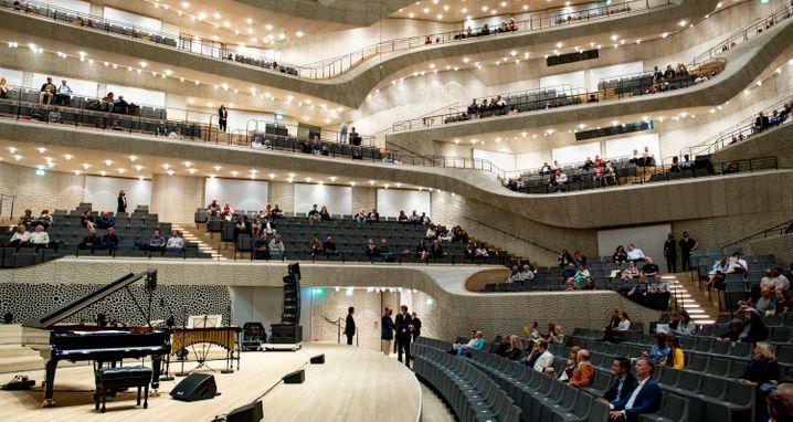 Testlauf in der Elbphilharmonie: Statt der sonst üblichen 2100 Besucher können im Moment nur 620 Menschen in dem Konzertsaal Platz nehmen