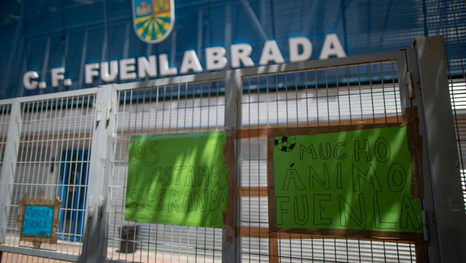 Plakate am Eingang des Fernando-Torres-Stadions in Fuenlabrada