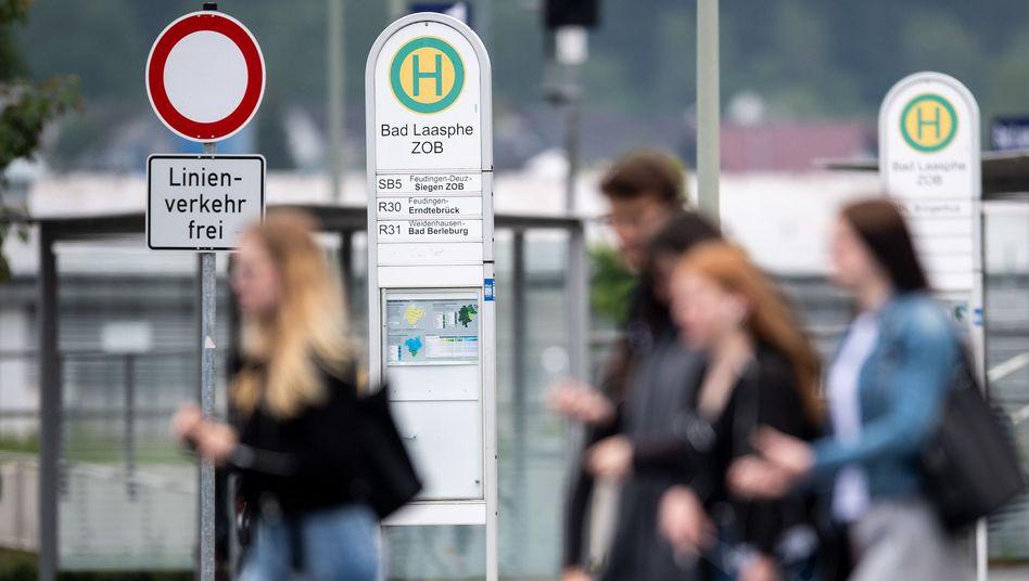 Schüler an einem Busbahnhof in Bad Laasphe