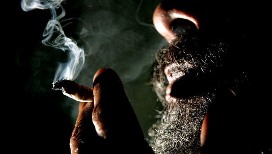 Älterer Raucher mit Joint: Die Zahl der hochbetagten Kiffer steigt
