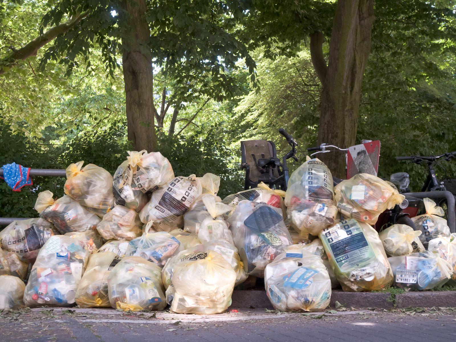 Gelbe Säcke im Wohngebiet Duales System Gelber Sack Grüner Punkt Recycling Wertstoffrecycling Plastikabfall Plastikmüll