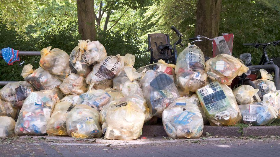 Abfallsäcke in Hamburg: Nur rund 16 Prozent des Plastikmülls werden in Deutschland für neue Produkte wiederverwendet