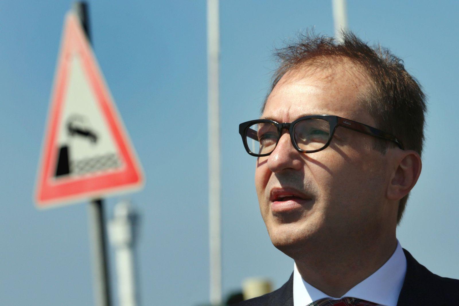 Bundesverkehrsminister Dobrindt besucht Rostocker Seehafen
