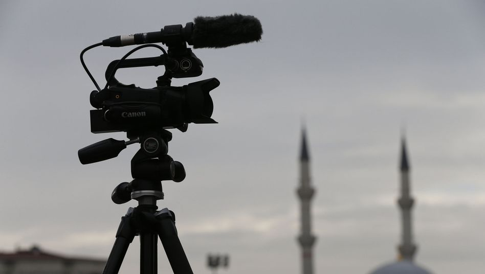 Eine TV-Kamera vor einem Gericht in Istanbul