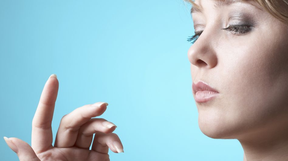Kritischer Blick: Nagelbettentzündungen kommen auch durch falsche Maniküre