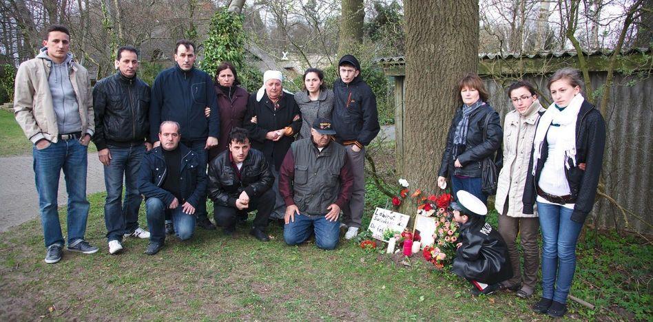 Familie des erschossenen Labinot S. vor improvisierter Gedenkstätte: »Der Mann soll nicht zur Ruhe kommen«