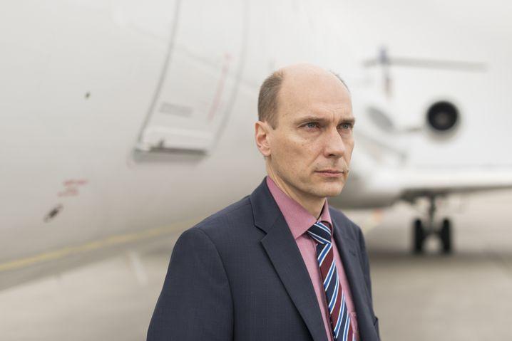 Polizeihauptkommissar Norbert H. während einer Rückführung am Düsseldorfer Flughafen
