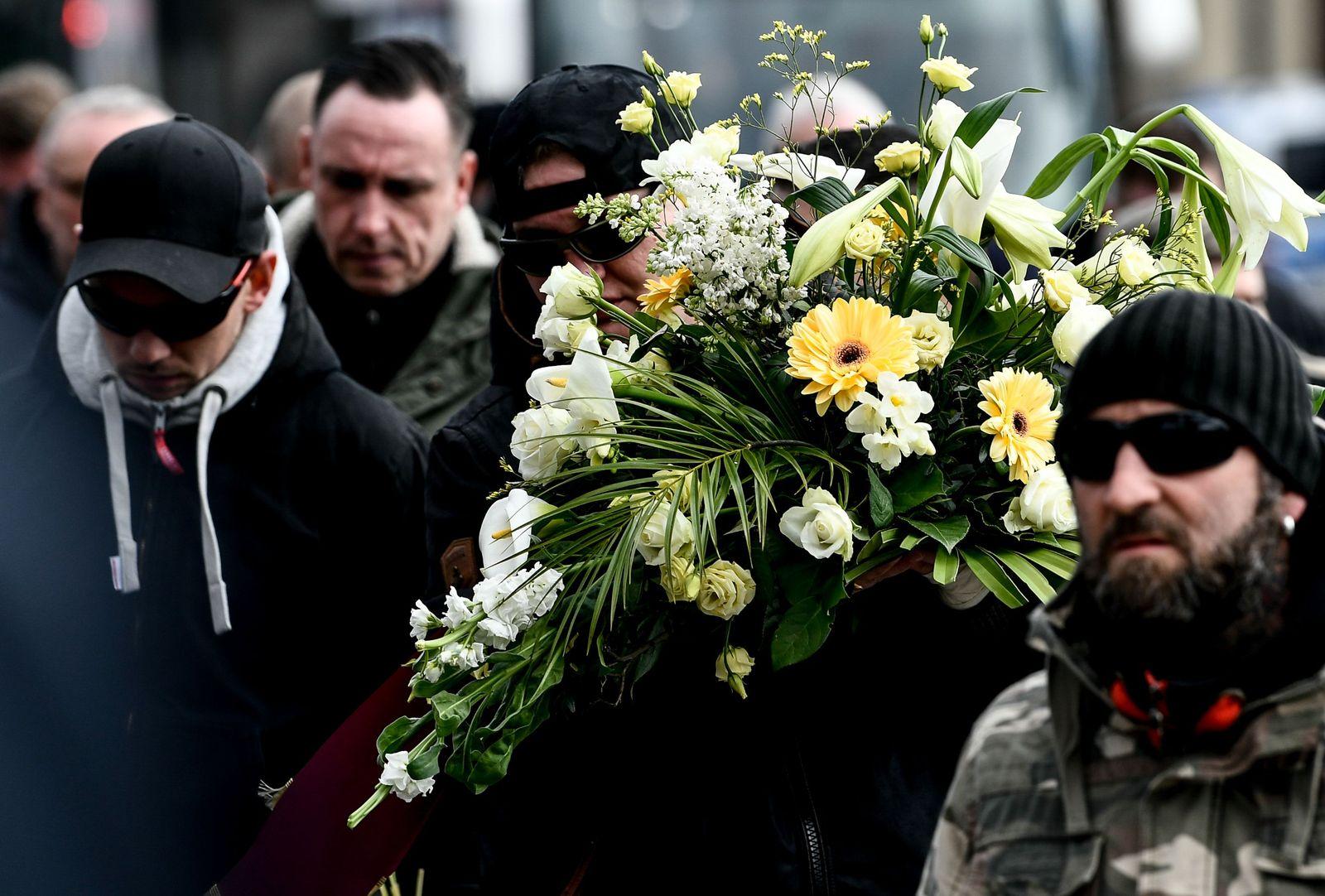 Neonazis und Hools auf Begräbnis