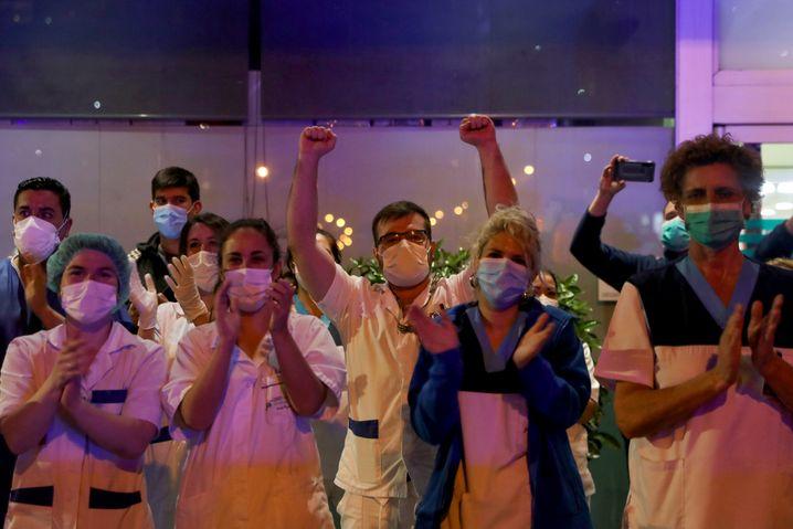 Medizinisches Personal in Madrid: Täglich jubeln ihnen die Spanier von ihren Balkons aus zu