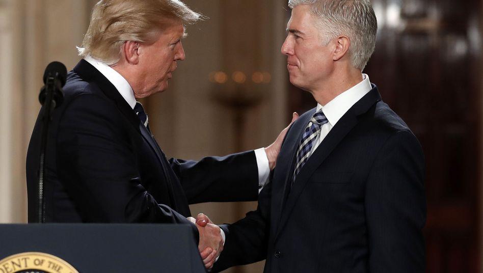 Gorsuch (r.) und Trump