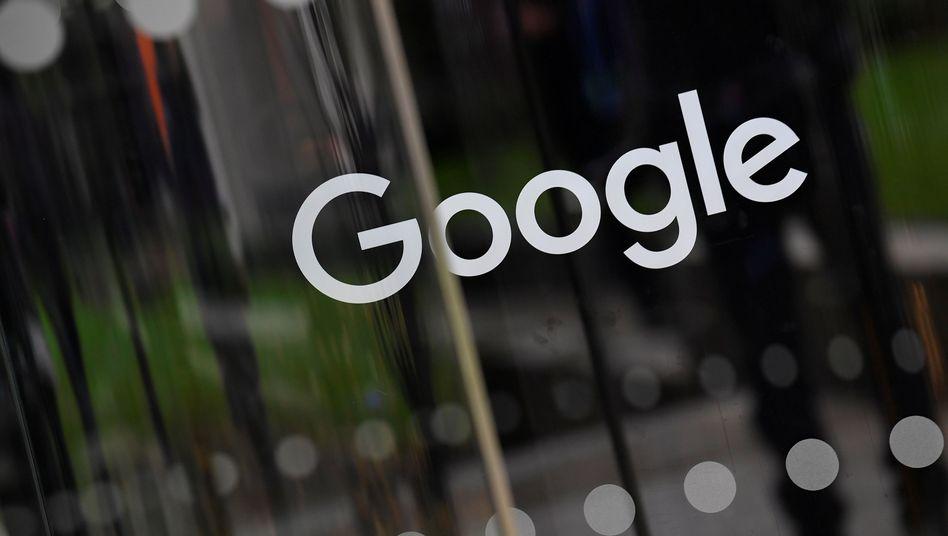 Google-Schriftzug an einem Geschäftsgebäude