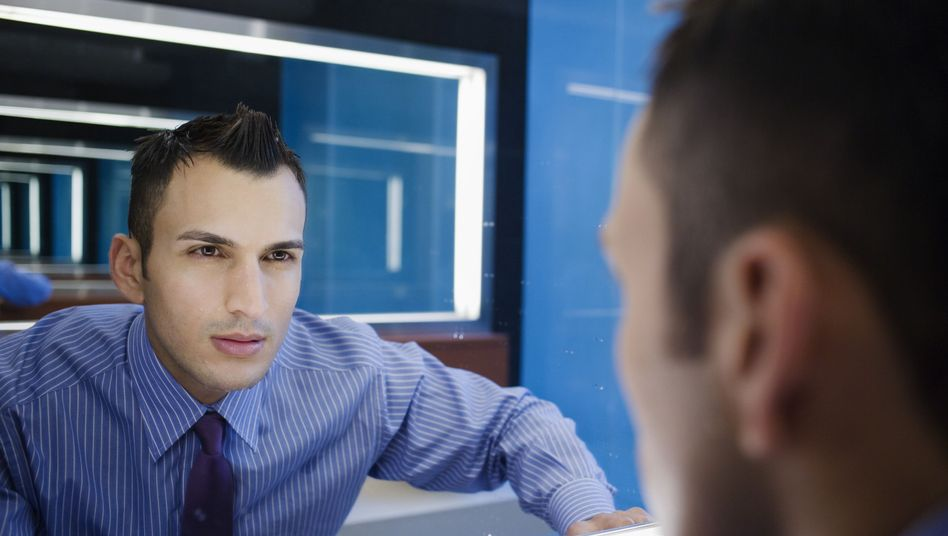Selbstbetrachtung im Spiegel: Die Berufswahl kommt manchem wie ein Glücksspiel vor
