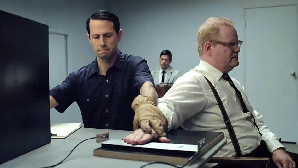"""Szene aus dem Film """"Experimenter"""" aus dem Jahr 2015, der auf den Milgram-Experimenten basiert"""