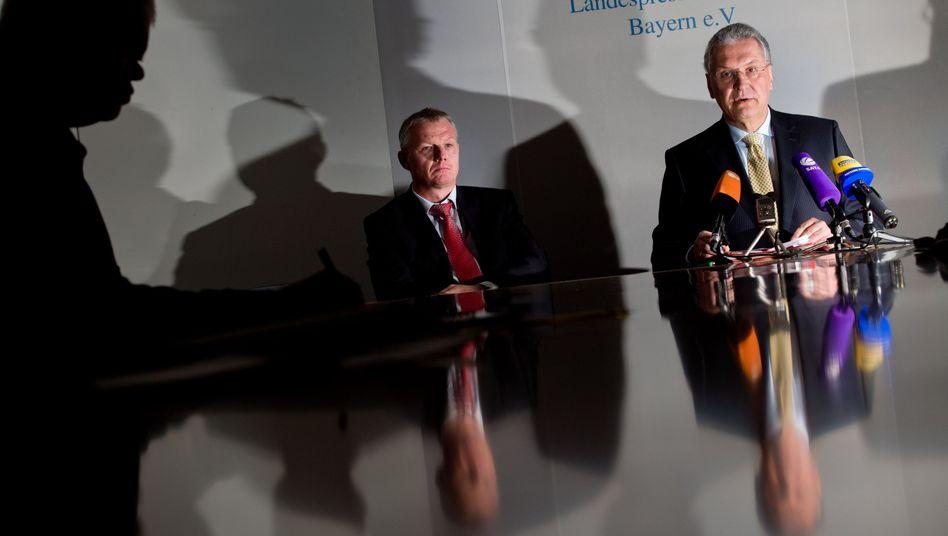 """Bayerns Innenminister Herrmann (rechts): """"Umfassende und schonungslose Aufklärung"""""""