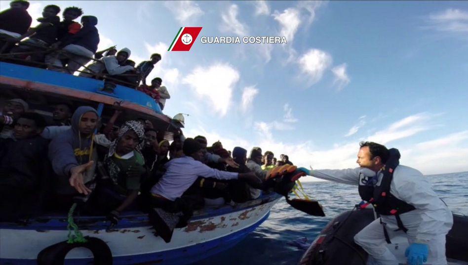 Videostandbild der italienischen Küstenwache: Jeden Tag neue Rettungsfahrten