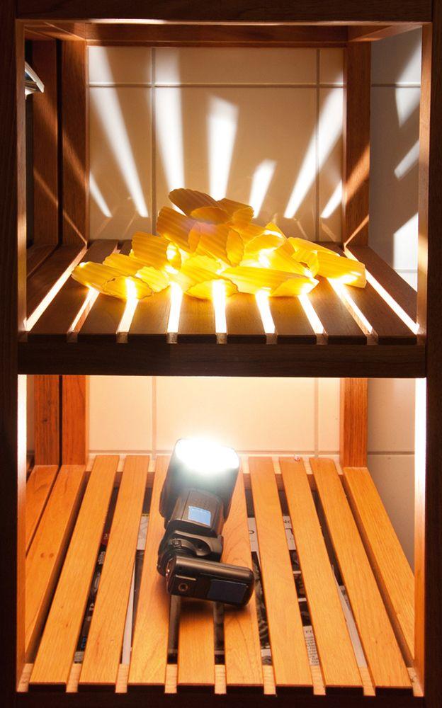 Dasselbe Bretterregal mit Blitz und mit den Einstellungen wie beim nachfolgenden Bild. Der warme Eindruck entsteht in der anschließenden Bearbeitung im Raw-Konverter.
