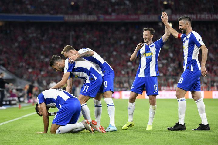 Halb besorgt, halb erfreut: Hertha Torschütze Marko Grujic (unten), Teamkollegen
