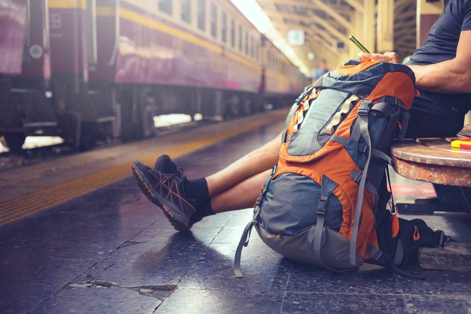 EINMALIGE VERWENDUNG Backpacker/ Bahnsteig