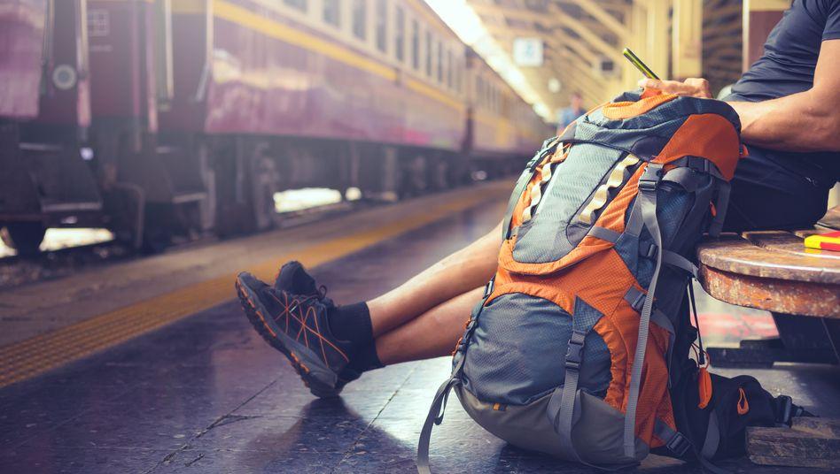 Backpacker an einer Bahnstation in Bangkok (Symbolfoto)