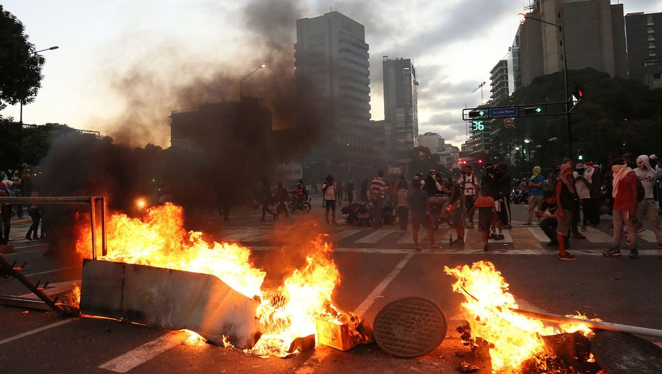 Brennende Barrikaden in Caracas
