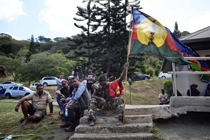 Ein Aktivist hält eine pro-Unabhängigkeitsflagge während eines Treffens für die Unabhängigkeitskampagne Neukaledoniens am 30. Oktober.
