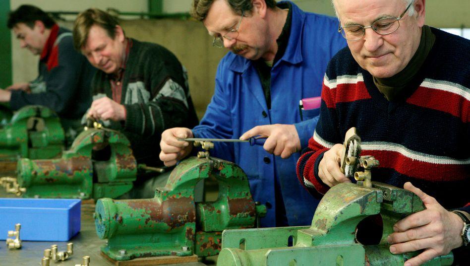 Arbeiter in einer Werkhalle: Job ist vielen Deutschen wichtiger als Geld