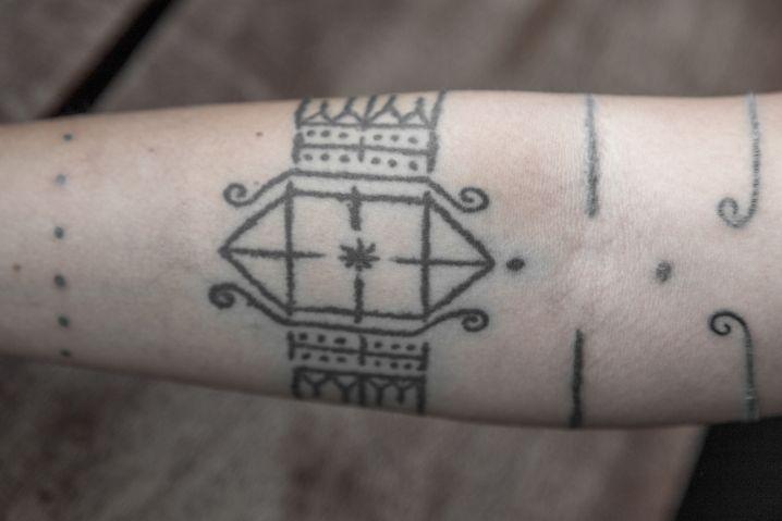 Traditionelle Tattootechnik: Mit Stöcken unter die Haut geklopft